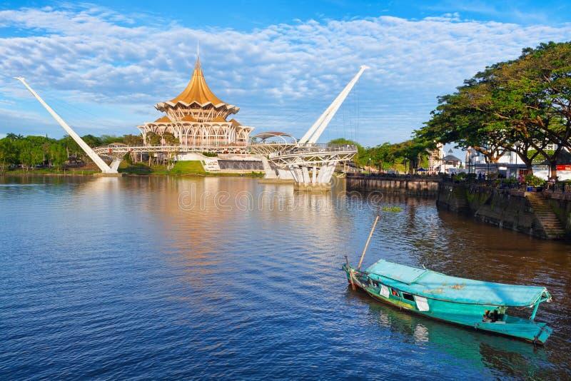Vista escénica puente peatonal de la costa de la ciudad de Kuching, río de Sarawak fotos de archivo libres de regalías