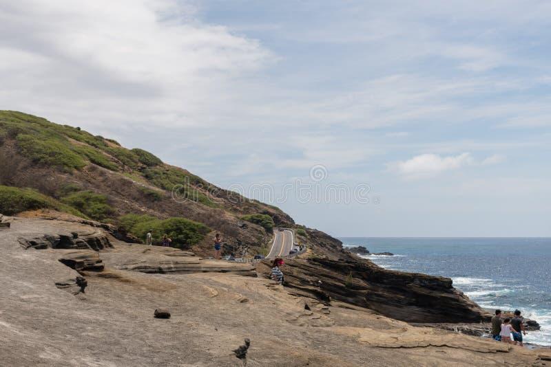 Vista escénico del puesto de observación de Lanai en Oahu, con los turistas disfrutando de la visión imagen de archivo libre de regalías