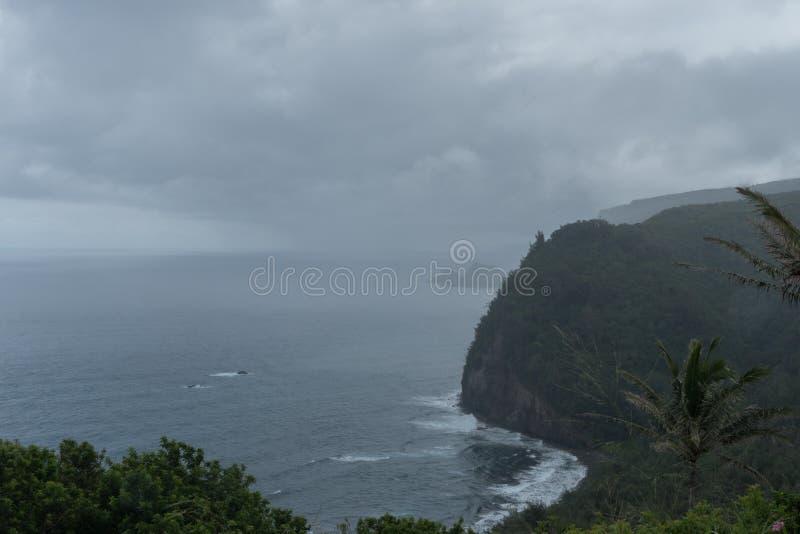 Vista escénico del valle de Pololu en un día lluvioso en la isla grande de Hawaii imágenes de archivo libres de regalías