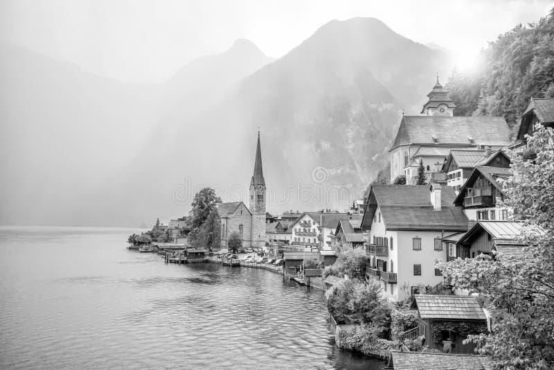 Vista esc?nica del pueblo famoso de Hallstatt en Austria foto de archivo