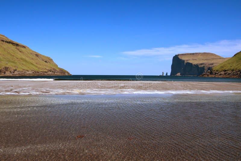 Vista espectacular al og legendario Kellingin de Risin de las pilas del mar el gigante y la bruja del pueblo TjørnuvÃk fotos de archivo