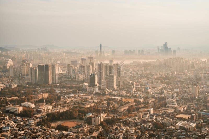 Vista espectacular de Seul céntrica en la oscuridad fotos de archivo