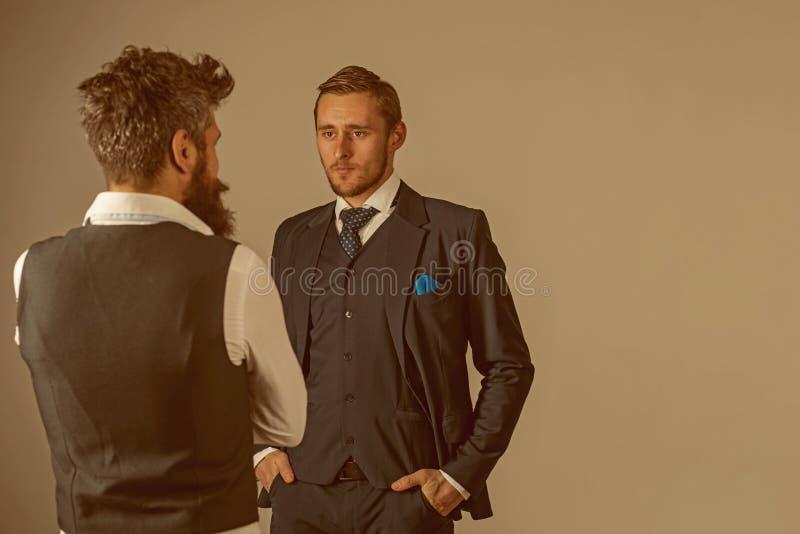 Vista esperto e considerável Amigos em relações da amizade Modelos de forma em relações de negócio Os homens vestem a forma fotos de stock