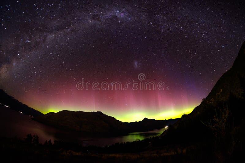 A vista espetacular como a Aurora ilumina acima o céu de Queenstown, Nova Zelândia imagem de stock