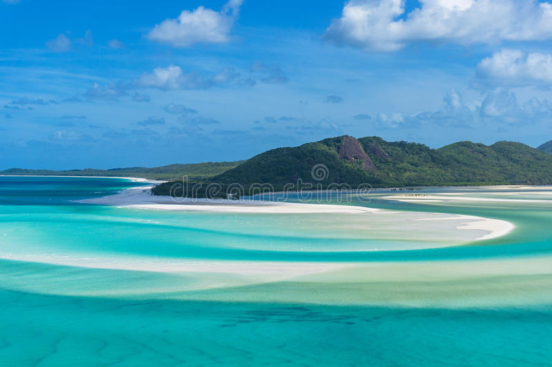 Vista espetacular da praia e do lago pitorescos da ilha do domingo de Pentecostes fotografia de stock royalty free