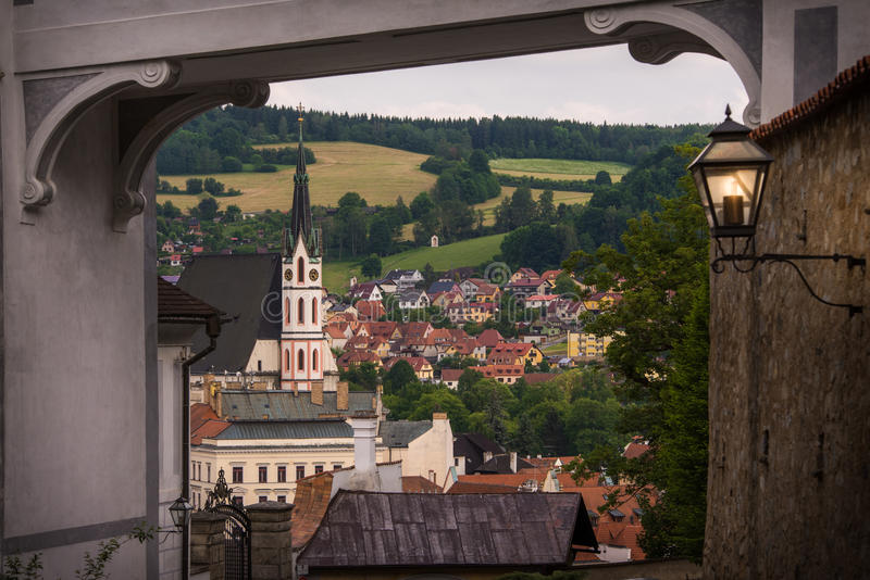 Vista espetacular de St Vitus Church e Cesky Krumlov através do arco medieval República checa Local do património mundial do Unes imagens de stock royalty free