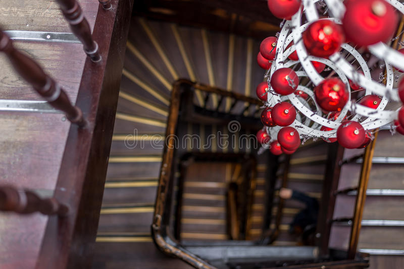 Vista espiral das escadas redondas que olham para baixo com decoração do Natal foto de stock