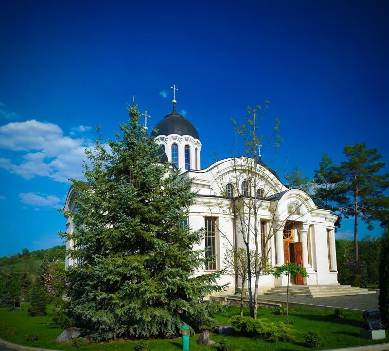 Vista esteriore alla chiesa di inverno nel monastero ortodosso di Curchi, Orhei, Moldavia fotografia stock libera da diritti