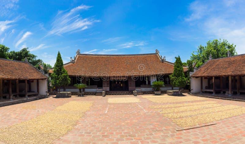 Vista esteriore anteriore della casa comunale di Mong Phu, una reliquia nazionale nel villaggio antico di Duong Lam, distretto di fotografie stock libere da diritti