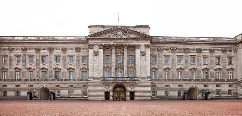 Vista esteriore dei portoni principali davanti al Buckingham Palace fotografie stock libere da diritti
