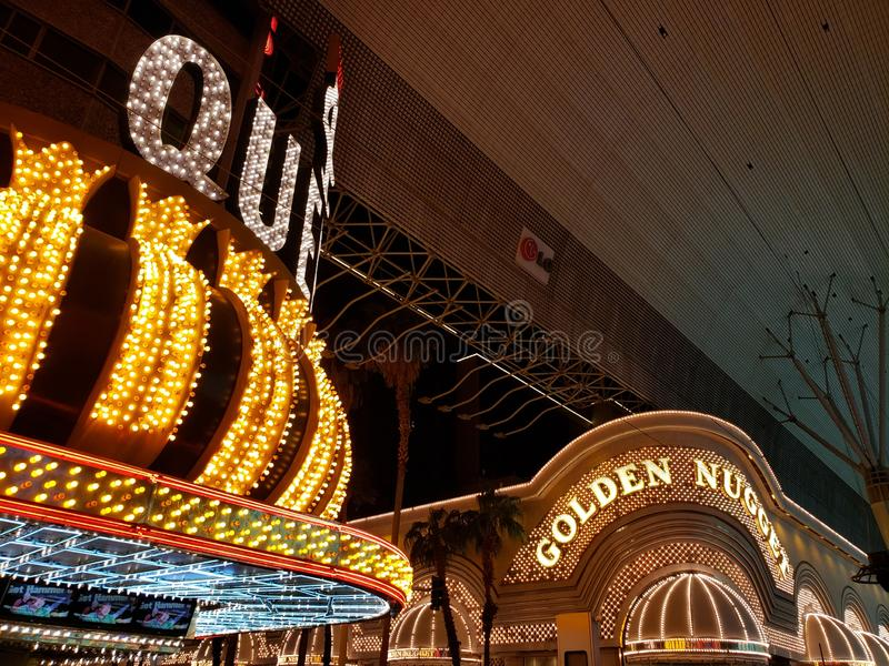 vista esteriore del Queens dell'hotel quattro e della pepita dorata alla notte a Las Vegas, Nevada immagini stock libere da diritti
