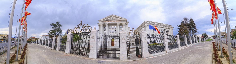 Vista esteriore della costruzione macedone di governo a Skopje immagini stock