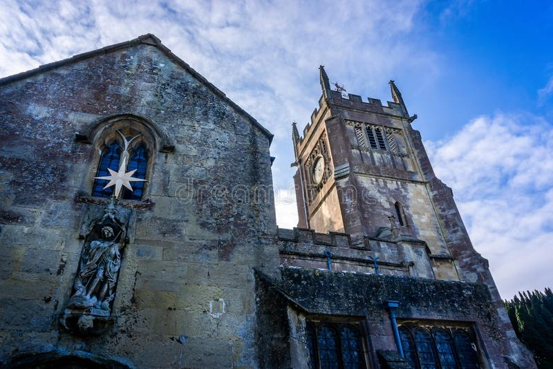 Vista esteriore della torre di chiesa e della statua religiosa di St Michael e della chiesa di tutti gli angeli in Melksham, Witl fotografia stock libera da diritti