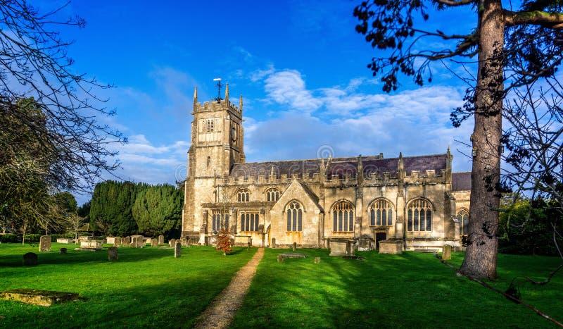 Vista esteriore di St Michael e della chiesa e dell'iarda grave di tutti gli angeli in Melksham, Witlshire, Regno Unito immagine stock libera da diritti
