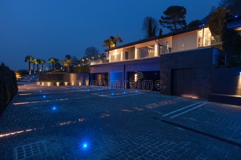 Vista esteriore di una villa di lusso moderna, scena notturna fotografia stock