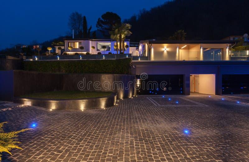 Vista esteriore di una villa di lusso moderna, scena notturna immagine stock