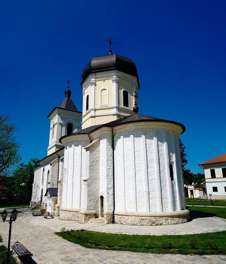 Vista esteriore per lapidare la chiesa di Dormition di estate al monastero ortodosso di Capriana, Moldavia fotografia stock libera da diritti