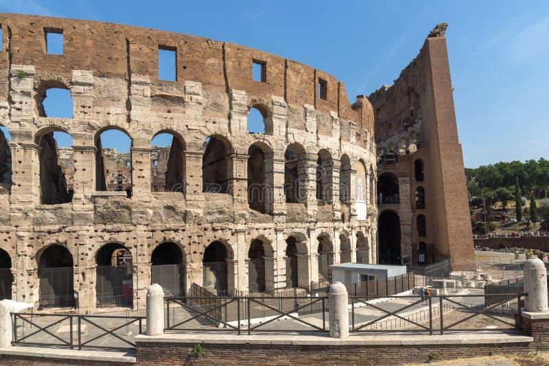 Vista esterna dell'arena antica del gladiatore Colosseum in città di Roma, Italia fotografia stock libera da diritti