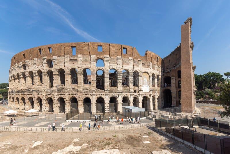 Vista esterna dell'arena antica del gladiatore Colosseum in città di Roma, Italia immagini stock