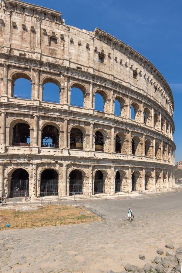 Vista esterna dell'arena antica del gladiatore Colosseum in città di Roma, Italia fotografie stock libere da diritti
