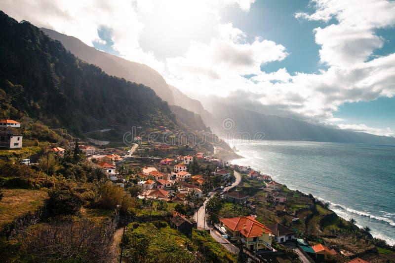 Vista excitante às aldeias da montanha no por do sol em Madeira, Portugal imagem de stock