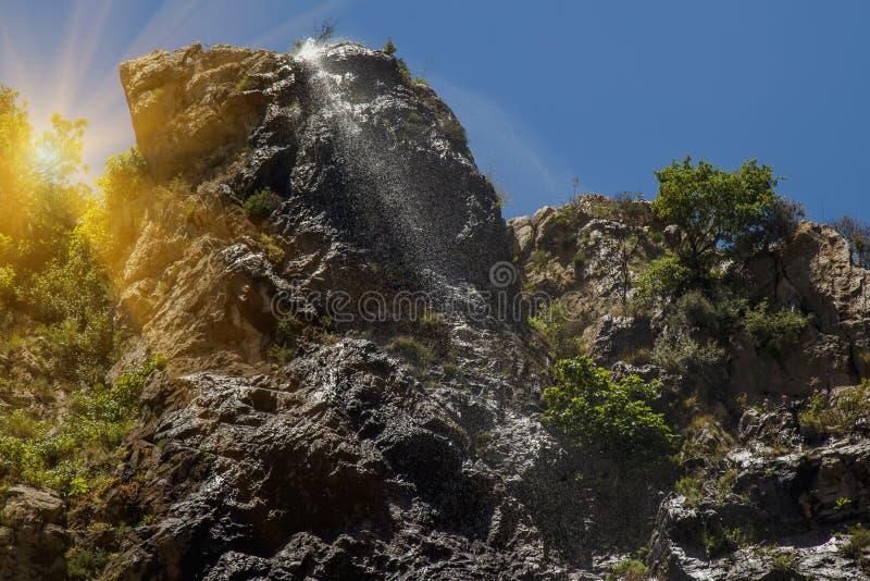 Vista excitante da cachoeira bonita entre as montanhas fotos de stock