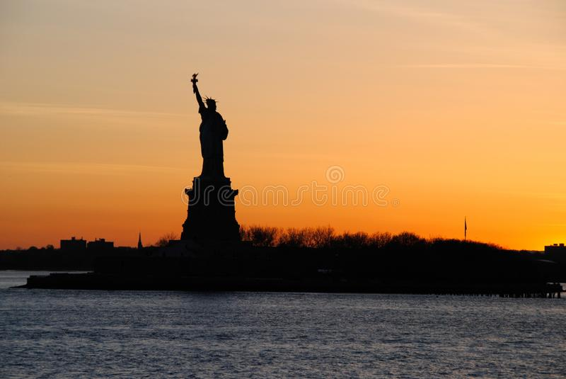Vista excitante da estátua da liberdade, no por do sol imagens de stock royalty free
