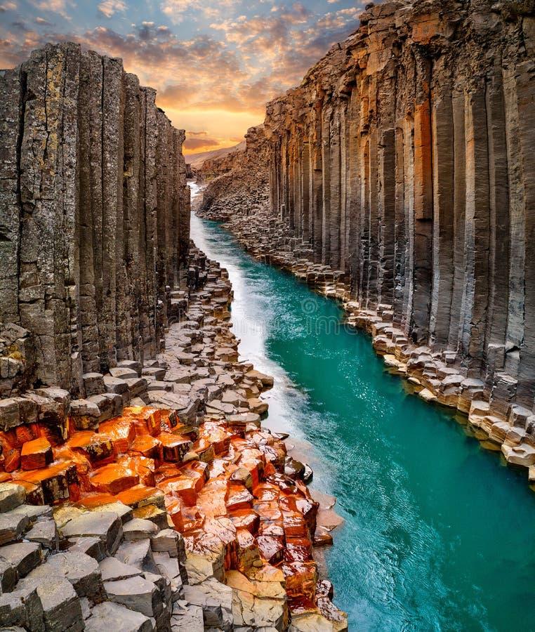 Vista excitante da garganta do basalto de Studlagil, Islândia foto de stock