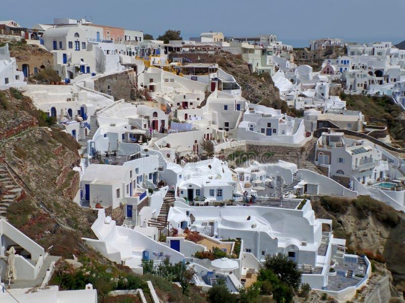 Vista excitante das casas coloridas brancas construídas no Caldera da ilha de Santorini, Grécia imagens de stock