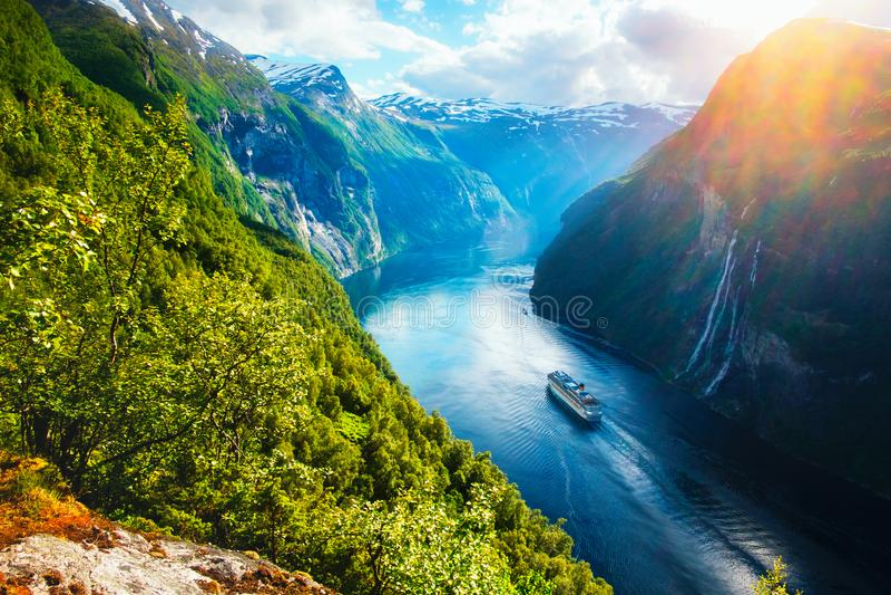Vista excitante do fiorde de Sunnylvsfjorden imagem de stock