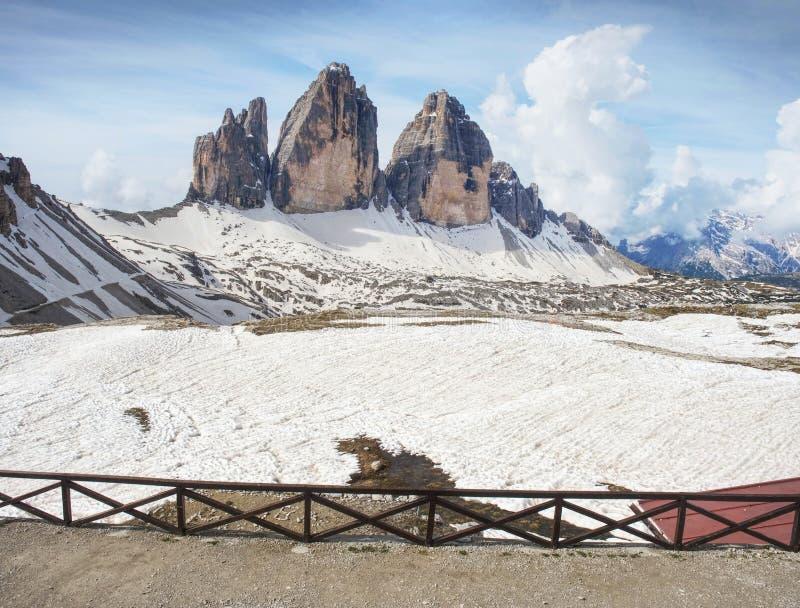 Vista excitante do terraço da cabana da montanha ao símbolo de dolomites italianas foto de stock royalty free