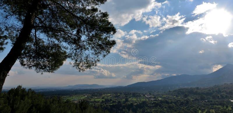 Vista excitante dos campos e das montanhas de uma altura foto de stock royalty free