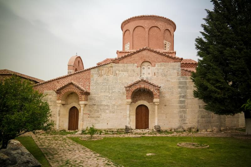 Vista exterior à igreja de St Mary em Apollonia, Fier, Albânia imagens de stock
