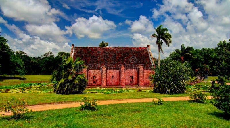 Vista exterior al almacenamiento de la pólvora en el fuerte Nieuw AmsterdamMarienburg, Suriname imágenes de archivo libres de regalías