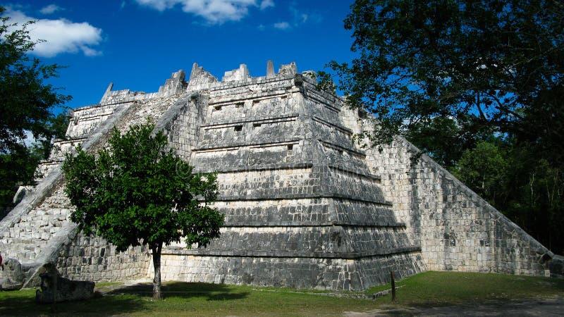 Vista exterior al lugar de culto de Templo de las Mesas aka en Chichen-Itza, México imagenes de archivo