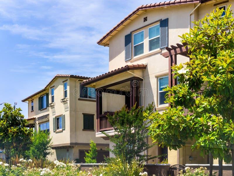 Vista exterior da construção residencial cercada por árvores e por conversão; Sunnyvale, área de San Francisco Bay, Califórnia fotos de stock
