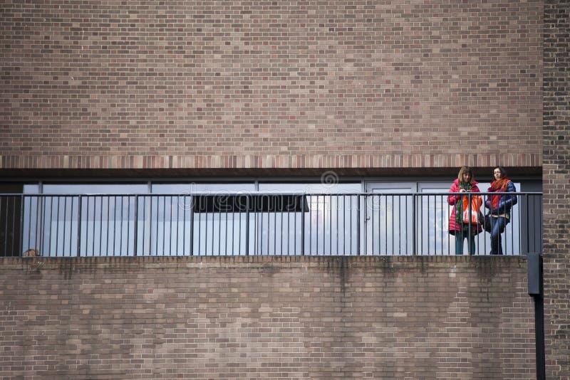 Vista exterior da galeria moderna do tate com povos fotos de stock royalty free