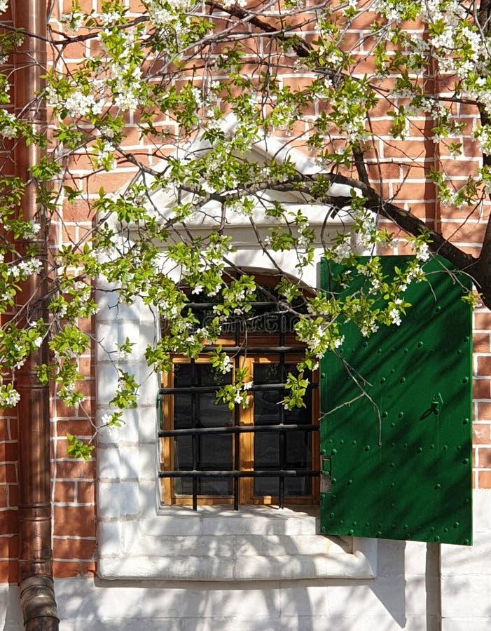 Vista exterior da janela da igreja ortodoxa imagens de stock royalty free