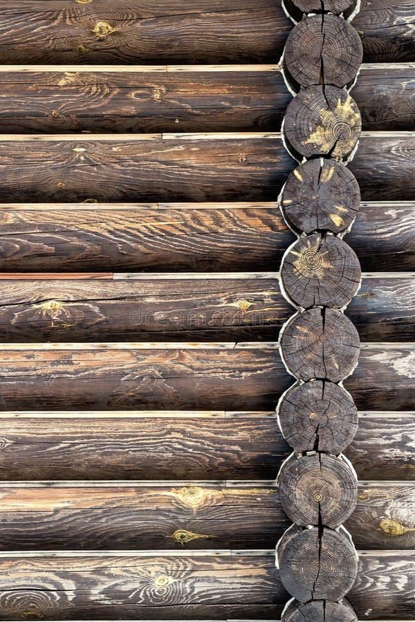 Vista exterior da parede da casa de log Fundo com espa?o da c?pia Fotografia vertical da orientação fotografia de stock royalty free