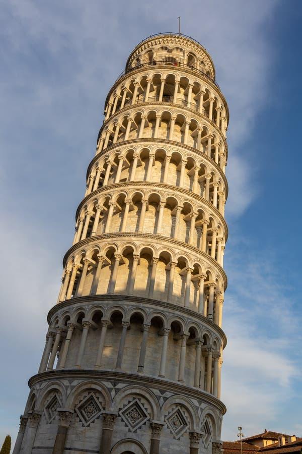 Vista exterior da torre inclinada em Pisa Liguria Itália o 18 de abril de 2019 Povos n?o identificados imagem de stock