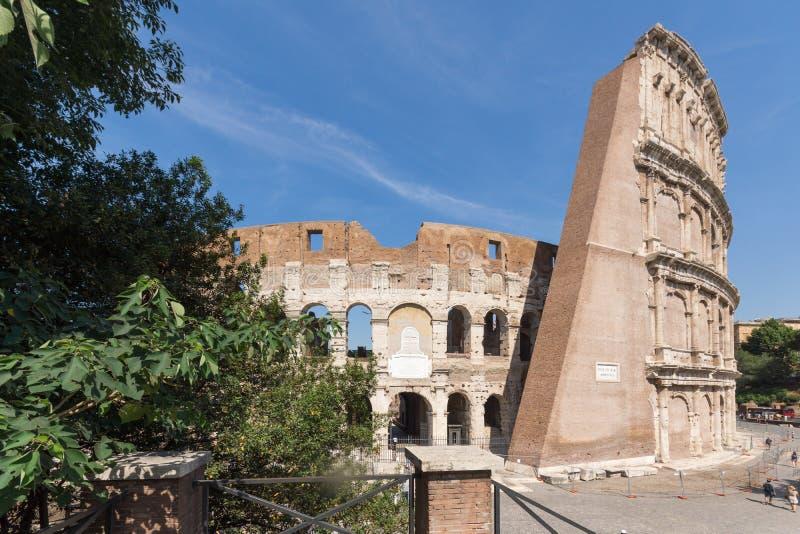 Vista exterior de la arena antigua del gladiador Colosseum en la ciudad de Roma, Italia imagen de archivo libre de regalías