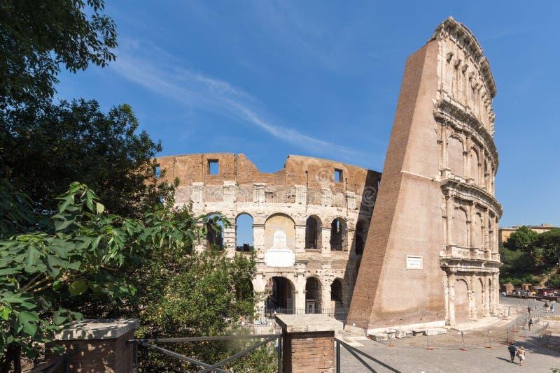 Vista exterior de la arena antigua del gladiador Colosseum en la ciudad de Roma, Italia fotografía de archivo libre de regalías