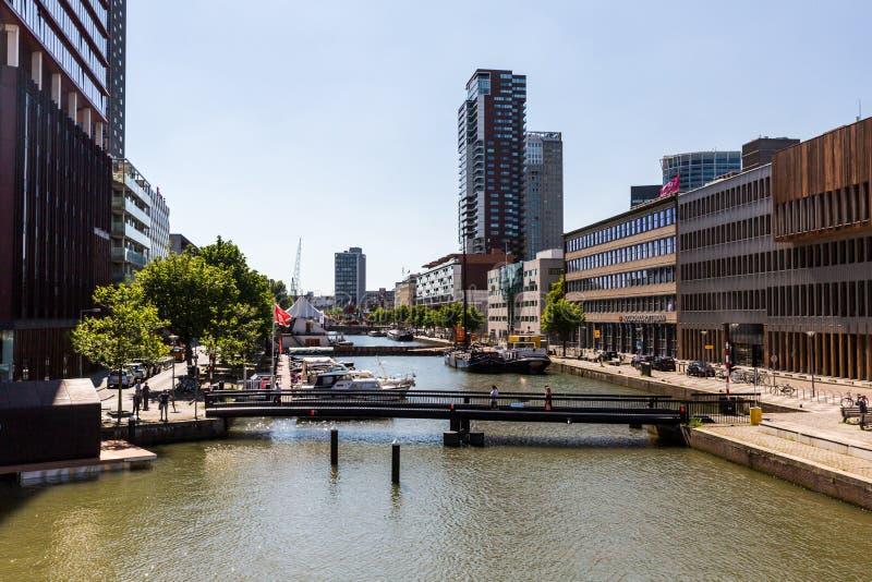 Vista exterior de la calle y de los edificios de oficinas a de Wijnhaven foto de archivo libre de regalías