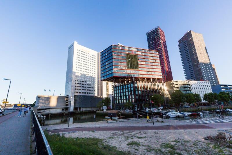 Vista exterior de la calle y de los edificios de oficinas a de Wijnhaven foto de archivo