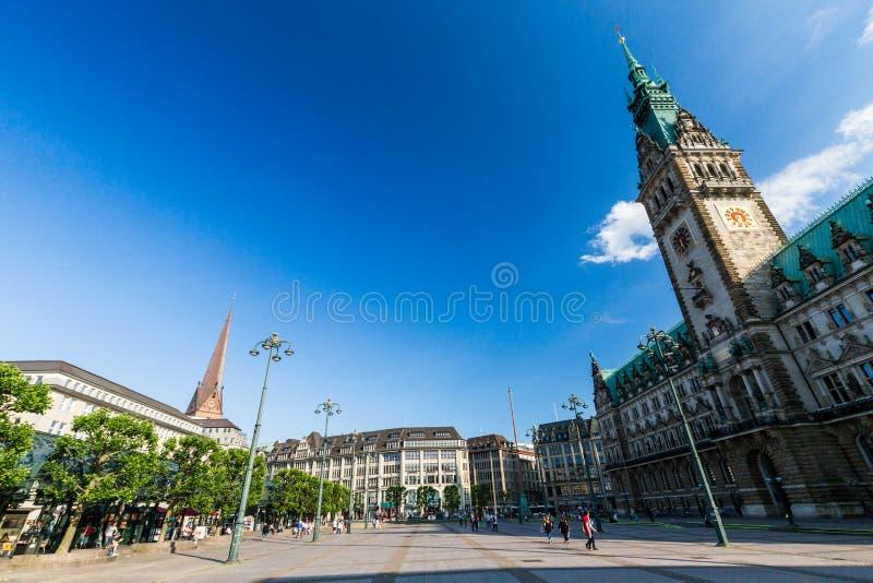 Vista exterior de la Hamburgo Rathaus y la plaza del mercado en th foto de archivo