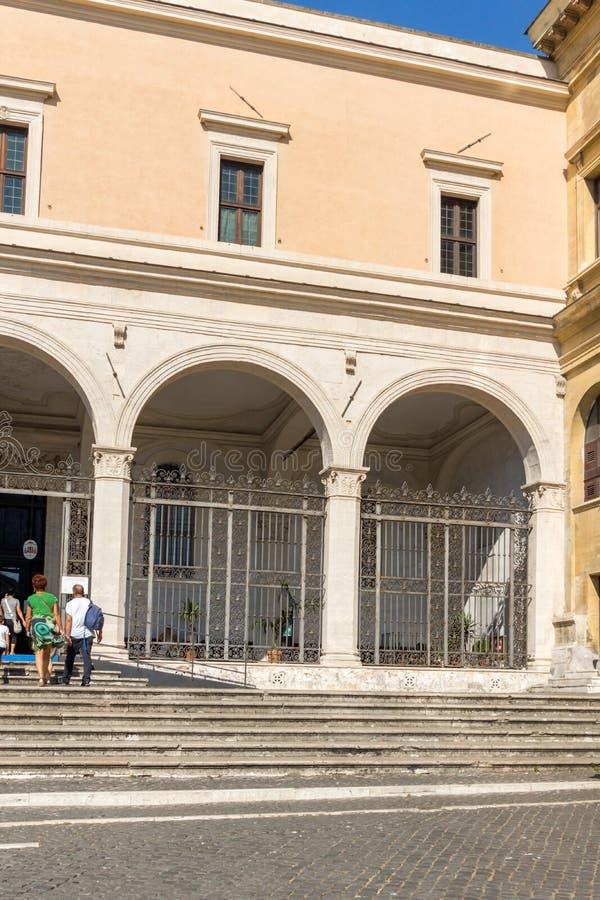 Vista exterior de la iglesia de San Pedro en las cadenas San Pedro en Vincoli en Roma, Italia fotografía de archivo libre de regalías