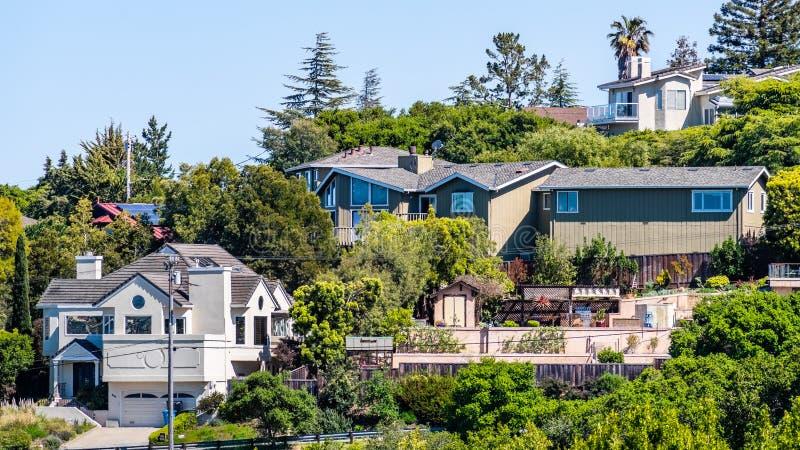 Vista exterior de las casas situadas en una vecindad residencial; Redwood City; Área de la Bahía de San Francisco, California imagenes de archivo