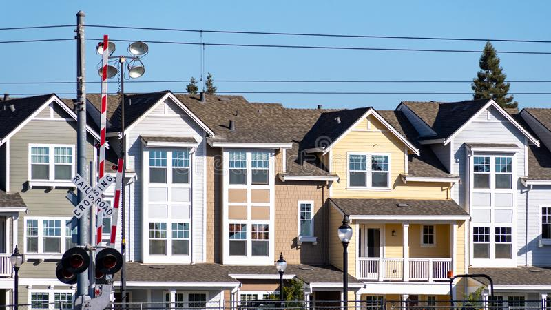 Vista exterior de los edificios residenciales construidos al lado de pistas de ferrocarril en Silicon Valley, Mountain View, San  fotos de archivo