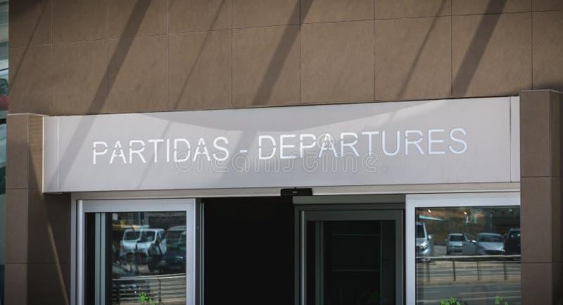 Vista exterior del aeropuerto internacional de Faro adonde los pasajeros est?n caminando imagenes de archivo