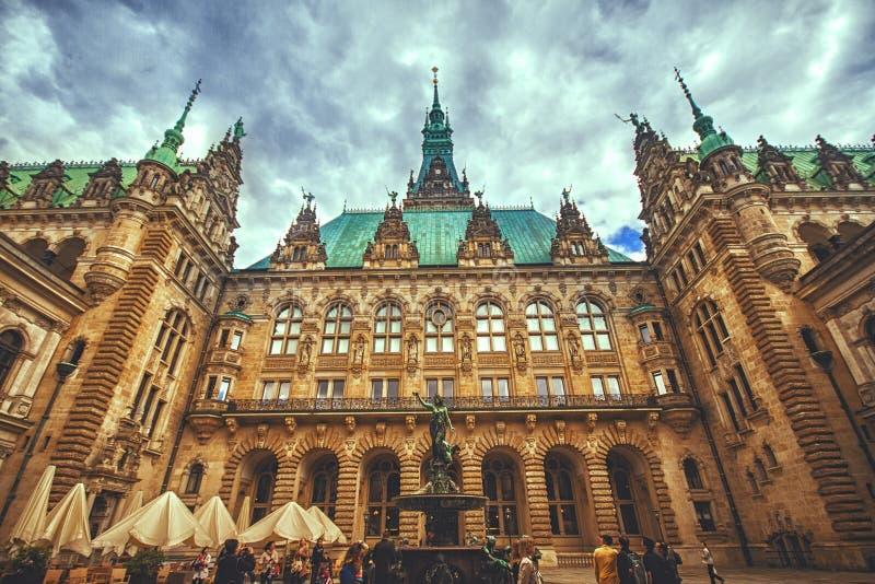 Vista exterior del ayuntamiento de Hamburgo foto de archivo